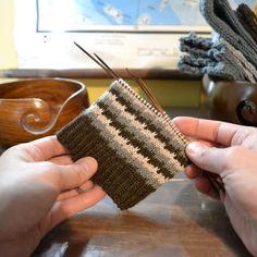 Siksak-neule eli moniväristä pintaa ilman kirjoneuletta - Neulovilla Knitting Charts, Knitting Socks, Sewing Crafts, Diy Crafts, Crochet Yarn, Pullover, Holidays And Events, Mittens, Straw Bag