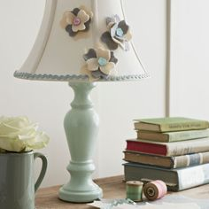 DIY This look like and easy project for renew an old lamp and make it a little girly.