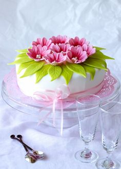 Adorable flower cake.. looks yummy, too.