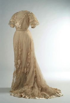 Gorgeous cream dress from 1907 via the Museo del Traje. #vintage #Edwardian #fashion