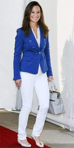 APRIL 2011 Pippa wore a royal blue blazer by Zara paired with chic white denim and a gray bag by Modalu when leaving the The Goring Hotel the morning after the Royal Wedding. Pippa Middleton Bridesmaid Dress, Pippa Middleton Style, Kate Middleton Dress, Middleton Family, Diva Fashion, Royal Fashion, Star Fashion, Royal Blue Blazers, Kate And Pippa
