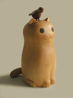 Carved wooden cat with bird. Sometimes you just need a piece that makes you smile :) Sculptures Céramiques, Wood Sculpture, Wood Animals, Wooden Cat, Kokeshi Dolls, Little Doll, Vinyl Toys, Deco Design, Designer Toys