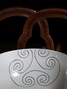 Come l'autografo di un artista, il monogramma Cerasarda firma ogni progetto dell'azienda di Olbia e diventa elemento decorativo nella collezione di oggettistica OT07026. Un contrasto cromatico netto, dato dal nero che emerge dai colori intensi degli smalti. #ceramics #design #homedesign #homedecor #lifestyle #miseenplace #dishes #interiordesign #architecture #creative #madeinitaly #ceramicsofitaly #style #designinspiration #grupporomani #cerasarda #ceramica