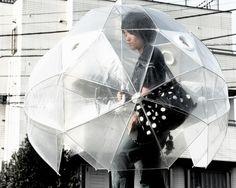 I want this! Full coverage umbrella! Japanese Inventions, Weird Inventions, Creative Inventions, Rainy Day Fun, Rainy Days, Rainy Weather, Inventions Folles, Samurai, Cool Umbrellas