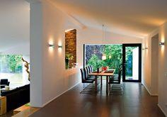 Beim Essen sieht man rechts den Bambus und durch die Bresche hinaus auf Garten und Eifel.