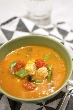 Fisksoppa med röd curry och kokosmjölk