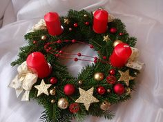 Red and Gold Fler. Christmas Advent Wreath, Christmas Pine Cones, Handmade Christmas Decorations, Xmas Wreaths, Christmas Candles, Xmas Decorations, Winter Christmas, Christmas Time, Holiday Decor