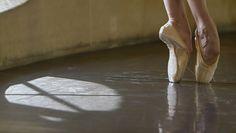 Une histoire inédite de la danse au XXe siècle, racontée à partir du corps des danseurs. Un panorama éblouissant en trois temps trois mouvements, centrés sur le pied, la nudité et les corps atypiques.