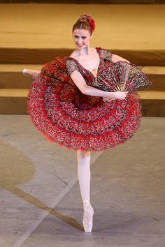 Svetlana Zakharova es una bailarina de ballet clásico rusa. Nació en Lutsk, Ucrania, el día 10 de junio de 1979. A los seis años de edad, su madre la inscribió a una escuela de danzas folklóricas en una escuela local.