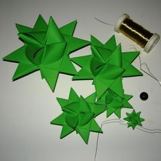 Step-by-Step Bastelanleitungen: Tannenbaum aus Fröbelsternen -- Das brauchst Du 3d Origami Stern, All Things Christmas, Christmas Crafts, Diy And Crafts, Gift Wrapping, Logos, Gifts, Nice Ideas, Decorations