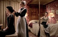 Highclare Castle Downton Abbey interiors: Lady Mary Crawley, ladies' maid Anna Bates, and Lady Sybil Crawley in Lady Mary's bedroom. Downton Abbey House, Victorian Maid, Lady Sybil, Michelle Dockery, Lady Mary, Maid Outfit, Tv Shows, Drama, Movies