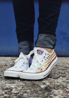 Sneakers met studs en slippers met sjaal pimpen   Bron: pinterest.com