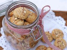 Lag deilige kakemenn og serinakaker med honning og øko spelt eller landhvete
