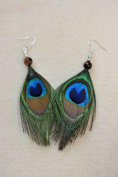 Boucles doreilles en véritables plumes de paon et perle oeil de tigre, crochet en métal ou en argent (oreilles sensibles).  En Inde, le paon, oiseau
