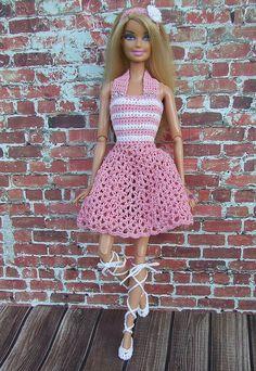 Barbie 37 crochet street look Crochet Barbie Patterns, Crochet Doll Dress, Barbie Clothes Patterns, Crochet Barbie Clothes, Clothing Patterns, Crochet Toys, Dress Patterns, Fashion Dolls, Fashion Outfits