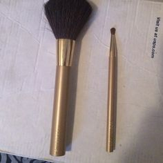 2 make up brushes 2 Estée Lauder make up brushes have never been used, came with a gift box and I didn't need them.. Open to offers. Estee Lauder Makeup Brushes & Tools
