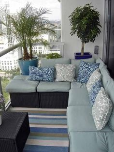 small balcony decor and cozy cushioned furniture. L-shape couch Condo Balcony, Apartment Balconies, Narrow Balcony, Balcony Blinds, Tiny Balcony, Balcony Railing, Condo Living, Apartment Living, Apartment Porch