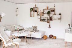 Inspirate de estos estantes de madera que forman un motivo en la pared