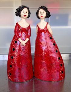 Ladies in red Twee vriendinnen in het rood. Ceramic Pottery, Pottery Art, Ceramic Art, Paper Mache Sculpture, Sculpture Art, Pottery Houses, Plus Size Art, Ceramic Workshop, Pottery Handbuilding