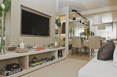 Não precisa ficar apenas no branco convencional, mas use cores claras para dar uma melhor sensação de espaço nos ambientes pequenos.