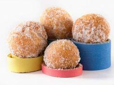 Le castagnole sono dei dolcetti tipici del carnevali originari dell'Emilia Romagna. Golosissimi e molto sfiziosi faranno impazzire tutti