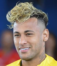 Neymar is not only known for his mad football skills, but also his sense of fashion.Here are 45 cool Neymar's hairstyles you can try out. Brazil Football Team, Neymar Football, Football Fans, Cool Boys Haircuts, Haircuts For Men, Haircut Men, Neymar Hairstyle 2017, Football Hairstyles, Curls