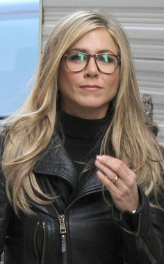 Jennifer Aniston from Celebs Are Gorgeous in Glasses Jennifer Aniston Glasses, Jennifer Aniston Pictures, Jennifer Aniston Style, Jennifer Aniston Long Hair, Jeniffer Aniston, Lunette Style, Belle Photo, Hair Inspiration, Cool Hairstyles