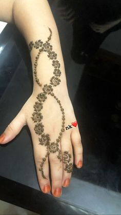 Mehndi henna designs are always searchable by Pakistani women and girls. Women, girls and also kids apply henna on their hands, feet and also on neck to look more gorgeous and traditional. Henna Hand Designs, Eid Mehndi Designs, Modern Henna Designs, Mehndi Designs Finger, Khafif Mehndi Design, Latest Henna Designs, Mehndi Designs For Girls, Mehndi Designs For Beginners, Bridal Henna Designs