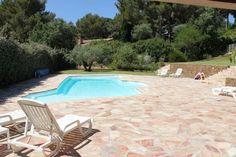 En position dominante et à proximité des plages et des commerces, appartement de 150 m² au 1er étage d'une villa offrant de superbes espaces ( séjour de 80 m² - 3 grandes chambres ...).  Très belle piscine sans vis-à vis, grand garage.