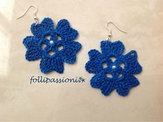 Blue flowers centered with a pearl. Crochet Earrings Pattern, Crochet Jewelry Patterns, Tatting Patterns, Crochet Accessories, Crochet Stone, Love Crochet, Crochet Flowers, Knit Crochet, Thread Crochet