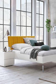 """Das Highlight des Bettes """"Akuma"""" ist sein gepolstertes Kopfteil. Dank der Metallhalterungen schwebt es optisch über dem Bettrahmen und federt sanft beim Anlehnen. Lounge, Couch, Bed, Furniture, Home Decor, Products, Modern Living, Chair, Minimalist Bed"""