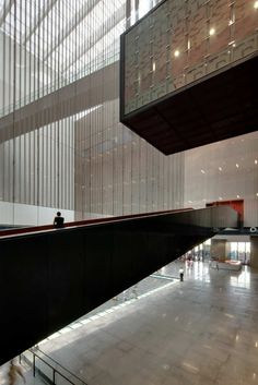 Image 7 of 20 from gallery of Guangdong Museum / Rocco Design Architects. Photograph by Almond Chu Museum Architecture, Art And Architecture, Beautiful Architecture, Guangzhou, Atrium Design, Museum Lighting, Design Museum, Art Museum, Architectural Elements