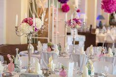 Hochzeitsdekoration mit Leuchtern und Blütenkugel in Beerentönen