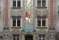 """Strasbourg, """"maison égyptienne"""" 10, rue Rapp - Le langage fleuri et végétal de l'Art nouveau se met ici au service de l'évocation d'une Egypte ancienne idéalisée et rayonne sur l'ensemble de l'immeuble."""