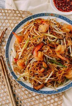 Hong Kong-style Shrimp Chow Mein Noodles are a classic Chinatown favorite. Slightly crispy and chewy pan-fried noodles combine with umami flavors of shrimp, Shiitake mushrooms, fresh mung bean sprouts Shrimp Chow Mein, Pan Fried Noodles, Shrimp Noodles, Shrimp Pasta, Asian Recipes, Ethnic Recipes, Asian Noodles, Asian Cooking, Mets