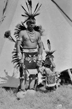 Otoe man and child in regalia, 1949 Native American Actors, Native American Regalia, Native American Pictures, Native American Beauty, Indian Pictures, Native American History, Native Indian, Native Art, First Nations