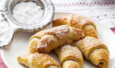 Nemáte příliš času, ale chcete si osladit pošmourné podzimní dny? Upečte nadýchané rohlíčky ze zakysané smetany s ořechovou nebo makovou náplní. Patřily mezi nejoblíbenější moučníky prezidenta Václava Havla a budete je milovat i vy. Pretzel Bites, French Toast, Treats, Baking, Breakfast, Sweet, Food, Sweet Like Candy, Morning Coffee