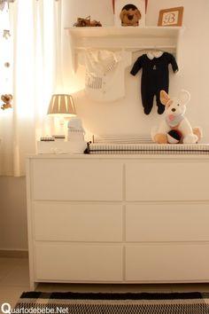 quarto de bebê bege, branco e azul