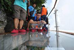 Uma passarela de vidro a 1.400m de altura na China