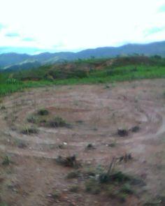 """ATUALIZAÇÃO: 19/1/2012 – 21h55min Veja um dos vídeo enviados por deSanttis: n3m3 ——– ATUALIZAÇÃO: 13/1/2012 – 22h45min O jornal da área onde ocorreu o incidente, publicou uma nota a respeito das formações. Veja, clicando no link: www.caetenews.com.br n3m3 Colaboração: deSanttis ——— (12/1/2012 – 00h05min) Nosso leitor deSanttis, nos enviou o seguinte relato, acompanhado de fotos: """"Cidade de Caeté/MG. Estamos numa região montanhosa e rica em minérios. Ante..."""