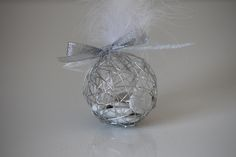 Très originale cette boule à dragées métallique argenté. Personnalisez votre contenant à dragées avec nos étiquettes, nos rubans et nos accessoires (plumes, fleur...).Prévoir 30 gr de dragées Médicis par contenant.