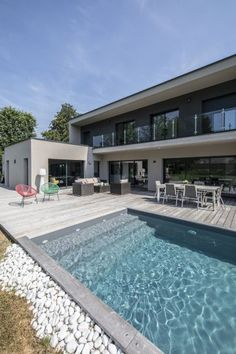 The white pebbles present the hyperlink between the expanse of garden and the sting of this modern swimming pool in Belgium. Small Backyard Pools, Backyard Pool Designs, Small Pools, Swimming Pools Backyard, Swimming Pool Designs, House Outside Design, Moderne Pools, Pool Colors, Pool Waterfall