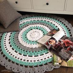 Ręcznie robiony okrągły dywan ze sznurka bawełnianego połączenie mięty, szarości i bieli . $117