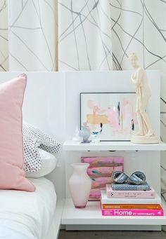 ベッドサイドのテーブルにお気に入りの絵や香水のボトルなど、パステルカラーのアイテムを集めるだけでも素敵なスペースができあがります。