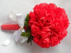 Lindíssimo buquê de noiva,grande, confeccionado com rosas vermelhas permanentes ,se quiser colocamos pontos de luz. Disponível nas cores vermelha e azul e branco.  Detalhe no suporte em pérolas sintéticas,cordão ,fitas brancas ou palha.  Fazemos o buque para daminha com rosa única. (35,00)igua ao da noiva. R$ 180,00