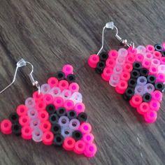 Petite boucle d'oreille triangle perle hama rose/noir/