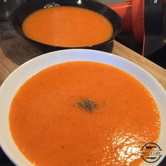 This is a great simple red pepper and sweet potato soup, this is perfect for lunches or dinners and best of all it is slimming world friendly. Red Pepper Soup, Stuffed Pepper Soup, Stuffed Sweet Peppers, Cheap Clean Eating, Clean Eating Snacks, Healthy Eating, Healthy Food, Slimming World Soup Recipes, Slimming World Sweets