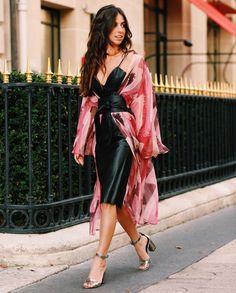 Look de Luiza Sobral na PFW com boudoir robe de seda plissê, com transparências e super fluido.
