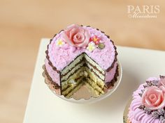 Pink And Chocolate Layer Cake decorated with por ParisMiniatures