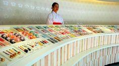 朝日新聞デジタル:縁結びの神様として知られる福岡県太宰府市の竈門(かまど)神社が、モダンに生まれ変わり人気を呼んでいる。お守り授与所は品格とかわいらしさを併せ持った空間に一新。気鋭のインテリアデザイナーが手がけた「デザイナーズ神社」